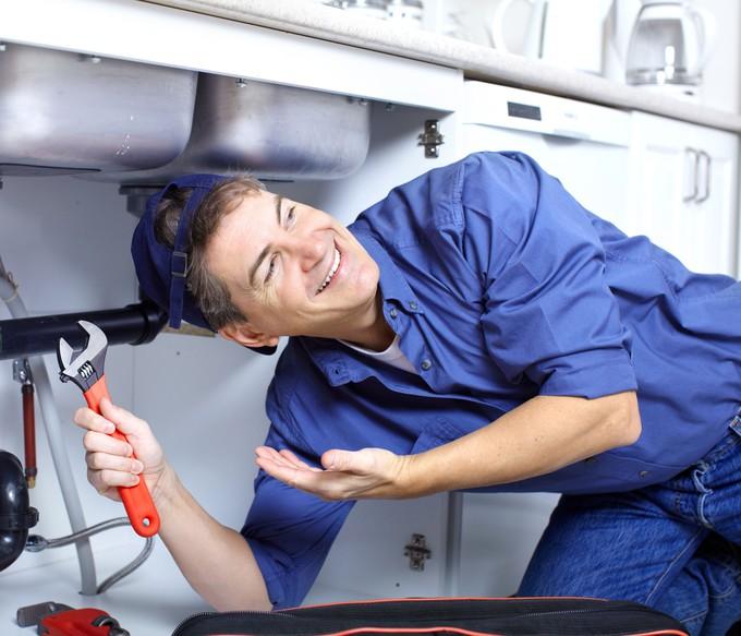Plombier au travail.